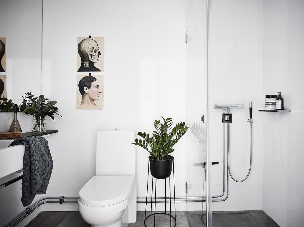 Nowoczesna biała łazienka z prysznicem