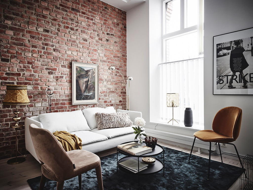 Ściana z starej cegły w salonie