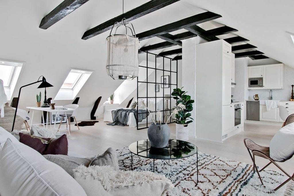 Małe mieszkanie na poddaszu ze szklanymi ścianami
