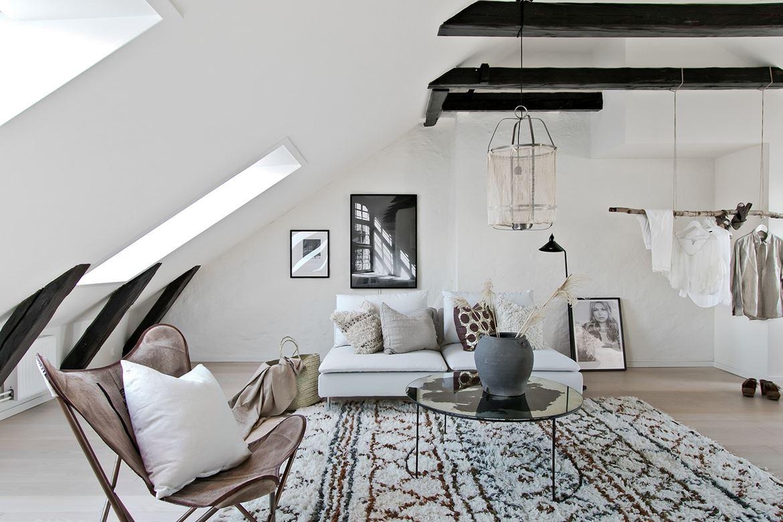 Salon z belkami stropowymi na poddaszu