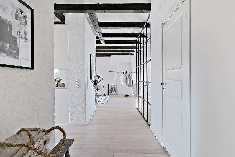 Nowoczesne skandynawskie wnętrze z belkami stropowymi