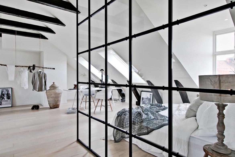 Sypialnia oddzielona szklaną ścianką działową