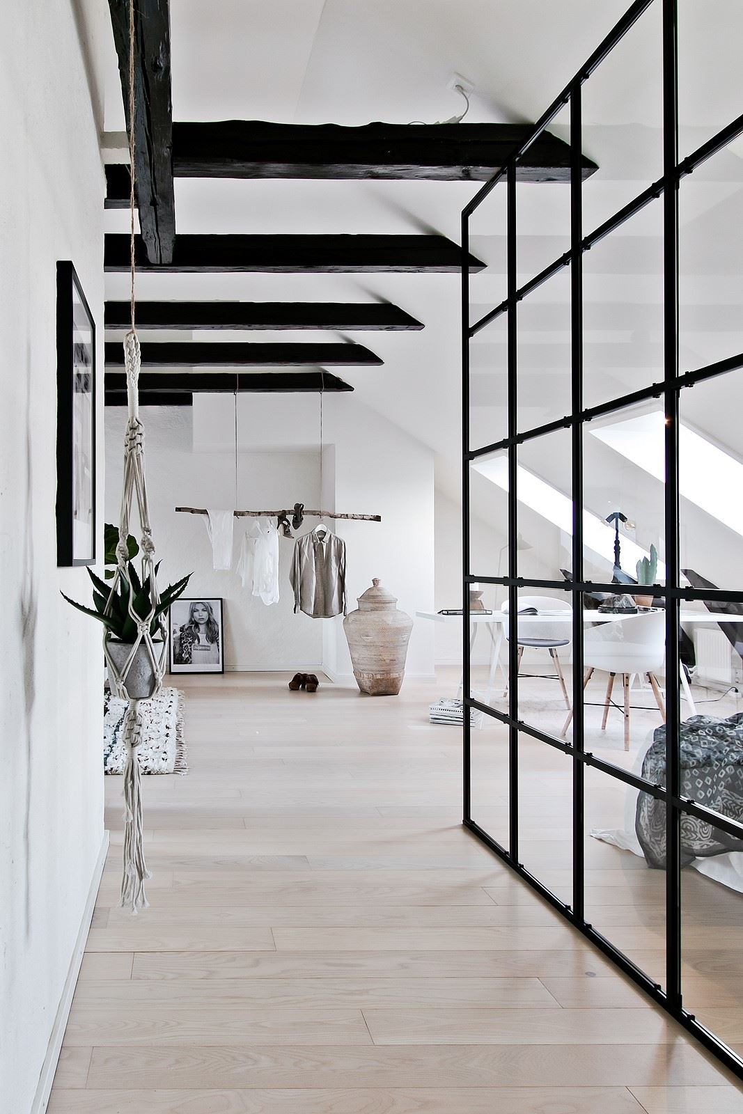 Szklana ściana z czarnymi szprosami