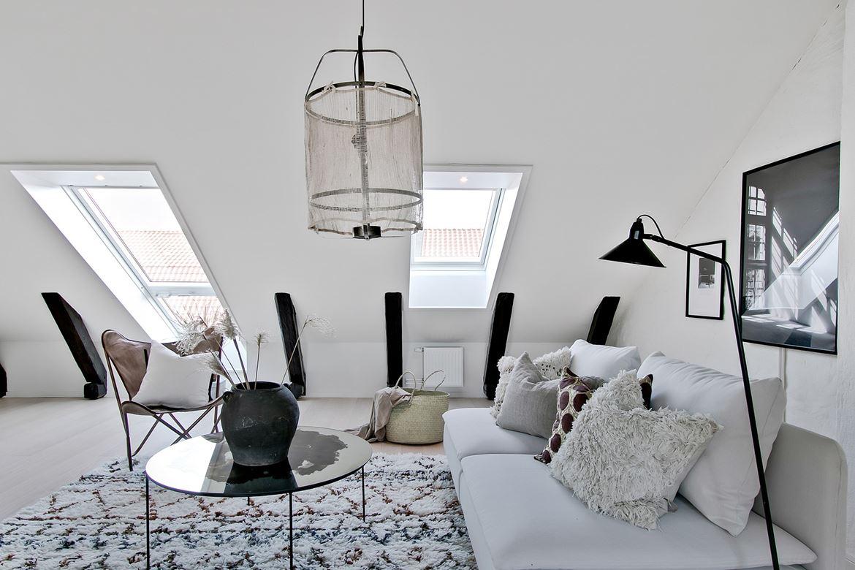 Skandynawska lampa w salonie ze skosami