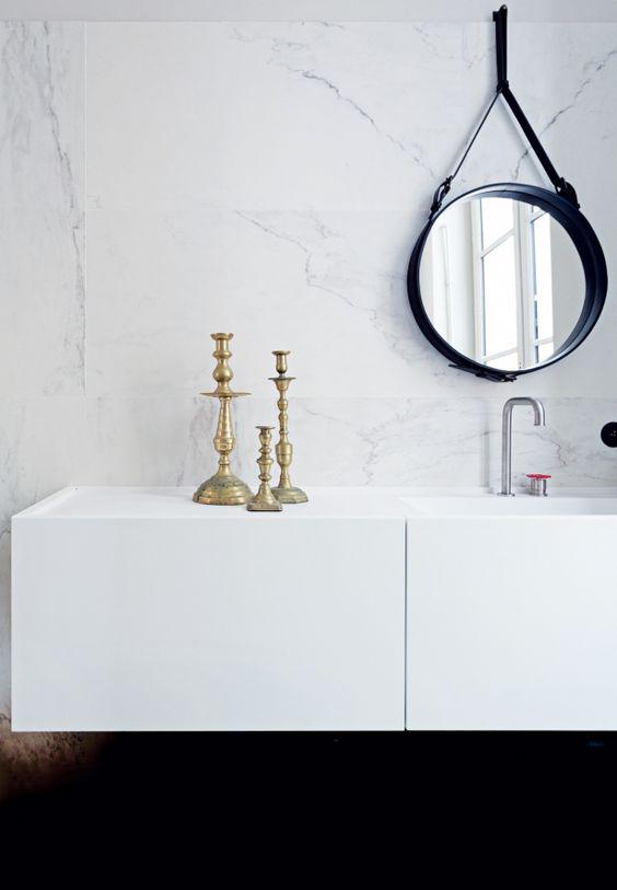Lustro ze skórzaną ramą Jacques Adnet Gubi w łazience