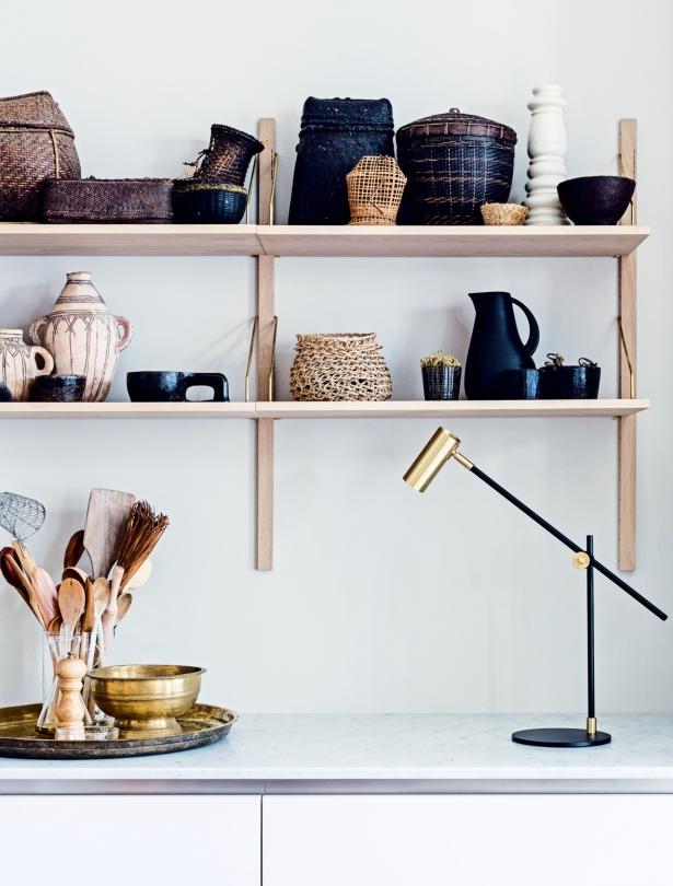 Otwarte półki w kuchni z orientalnymi dekoracjami