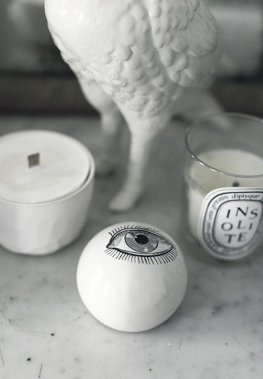 Ozdobne ceramiczne oko jako rzeźba