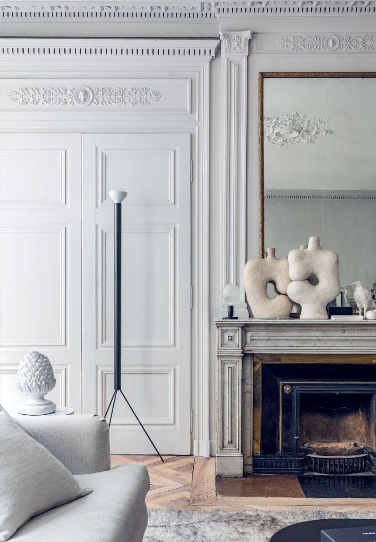 Lampa podłogowa Achille Castiglioni i rzeźby na kominku