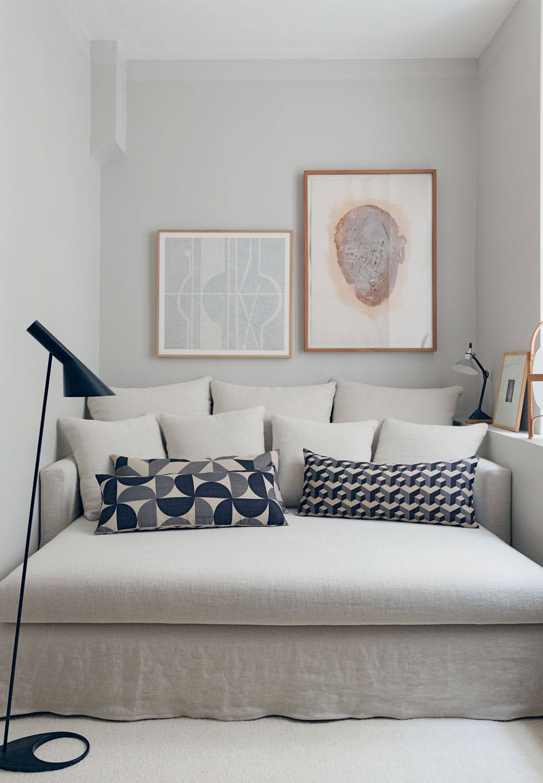 Biała sofa Maison Hand z poduszkami Rouge du Rhin