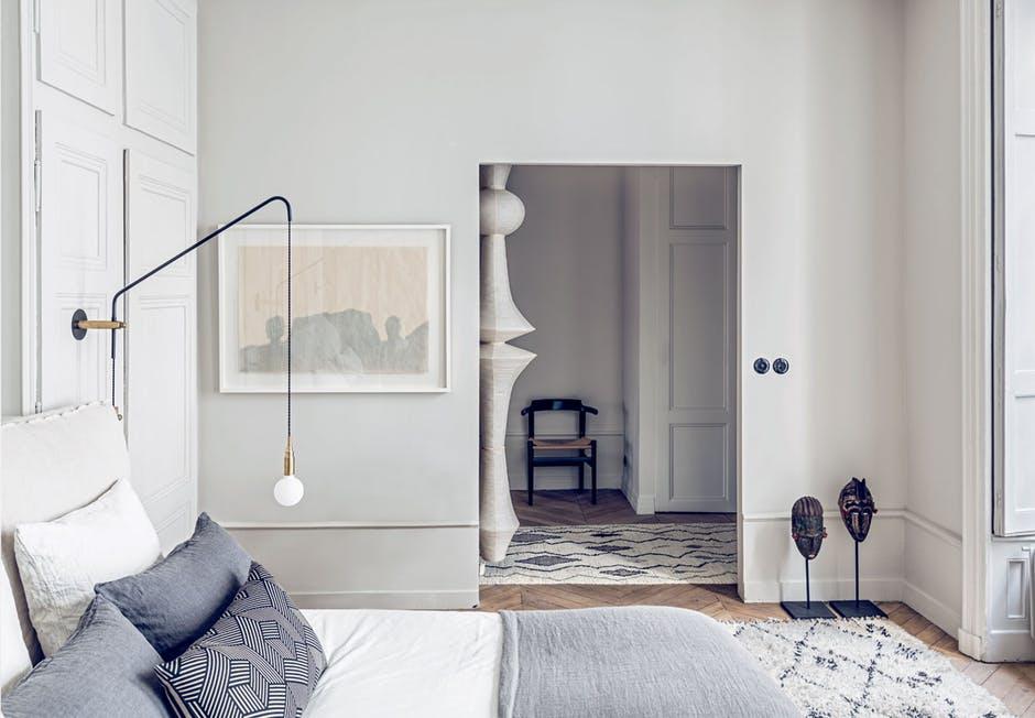 Duża papierowa lampa Isamu Noguchi w sypialni