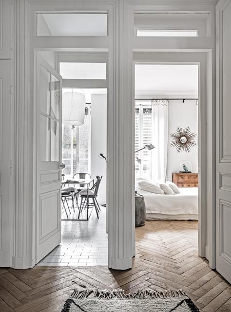 Apartament w stylu vintage z podłogą w jodełkę