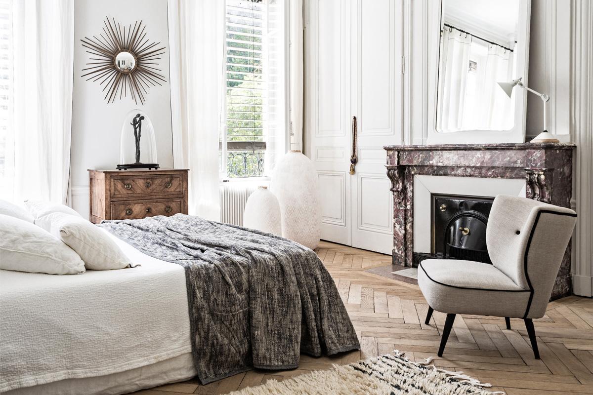 Sypialnia w stylu vintage z lustrem słońce