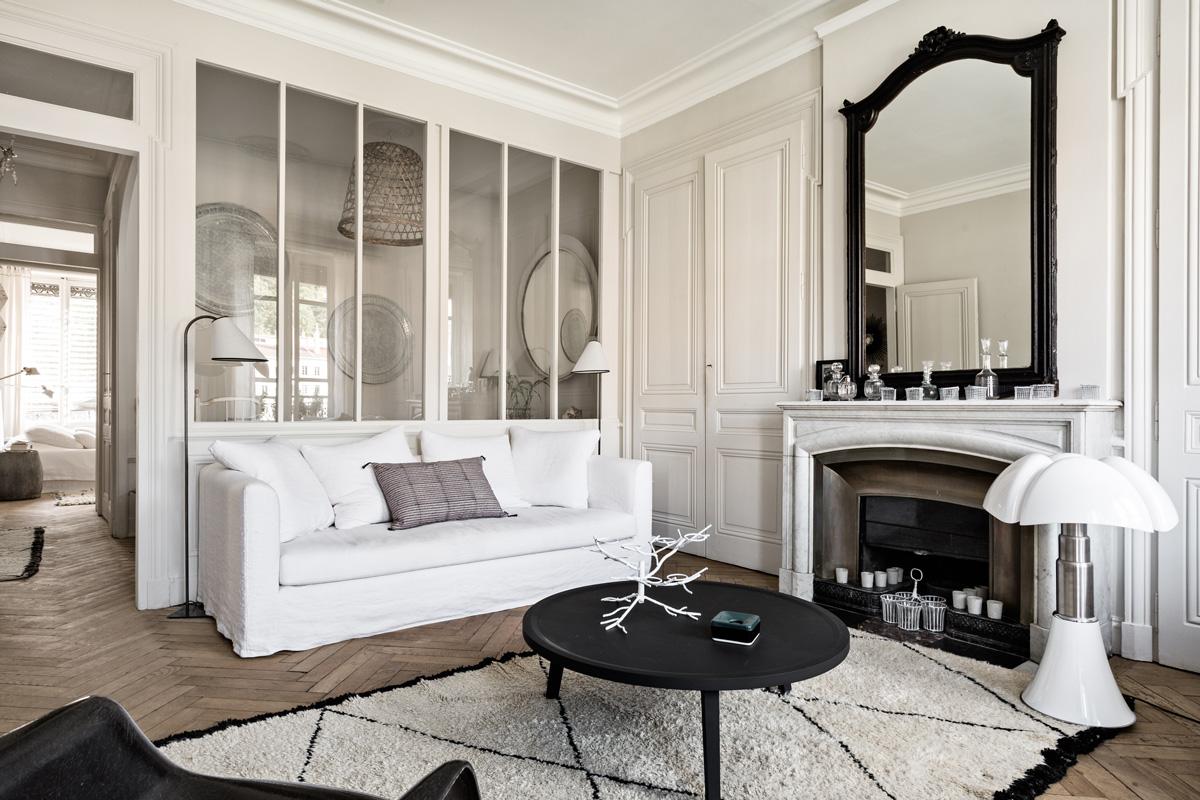 Francuski apartament w stylu vintage ze szklaną ścianą działową