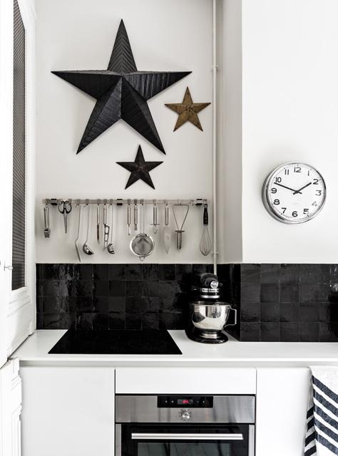 Czarne błyszczące kafelki w kuchni