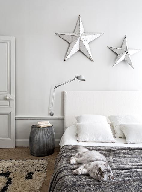 Jasna sypialnia ze sztukateriami