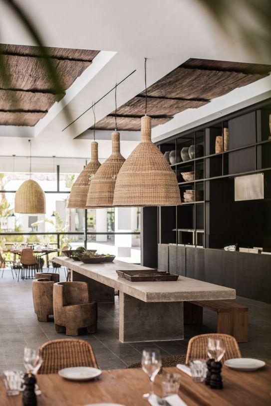Lampy z bambusa nad wyspą kuchenną