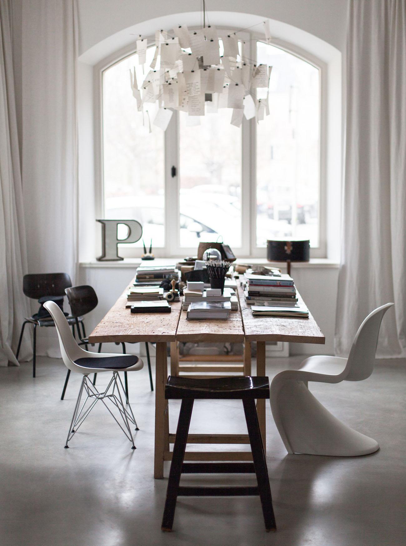 Stół z różnymi krzesłami