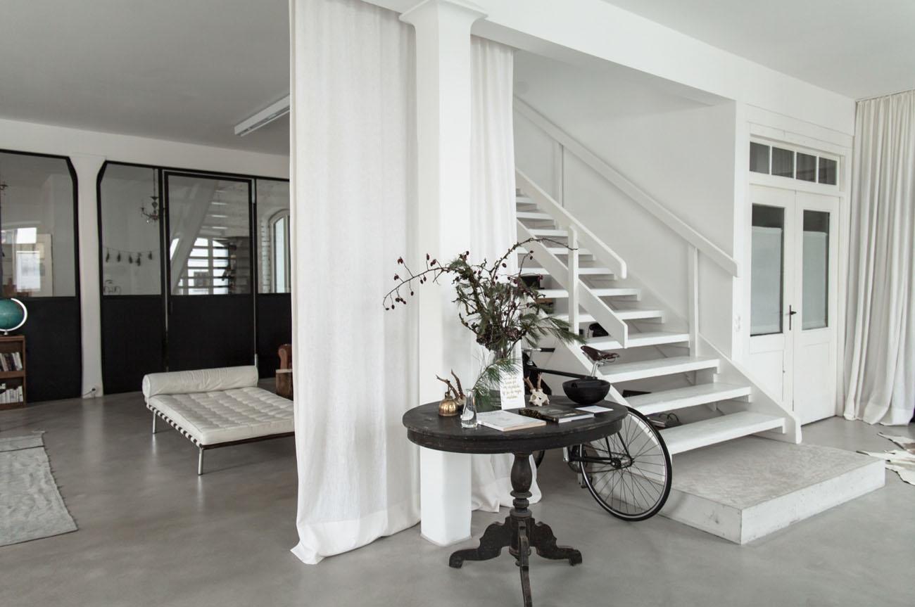 Białe drewniane schody na przedpokoju