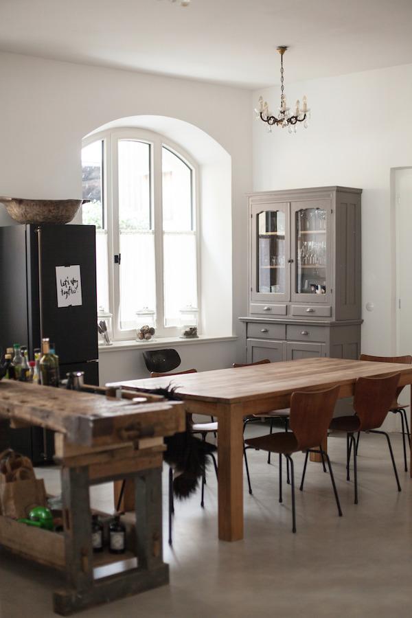 Eklektyczna kuchnia z dużym oknem