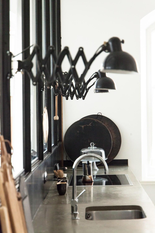 Czarna industrialna lampa z harmonijkowym ruchomym wysięgnikiem