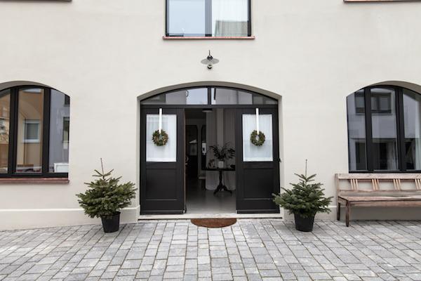 Dom z czarnymi drzwiami wejściowymi