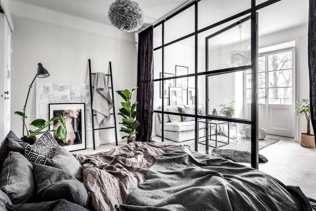 Sypialnia ze szklaną ścianą działową