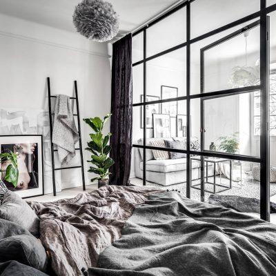 Skandynawskie mieszkanie ze szklaną ścianą działową i starą cegłą