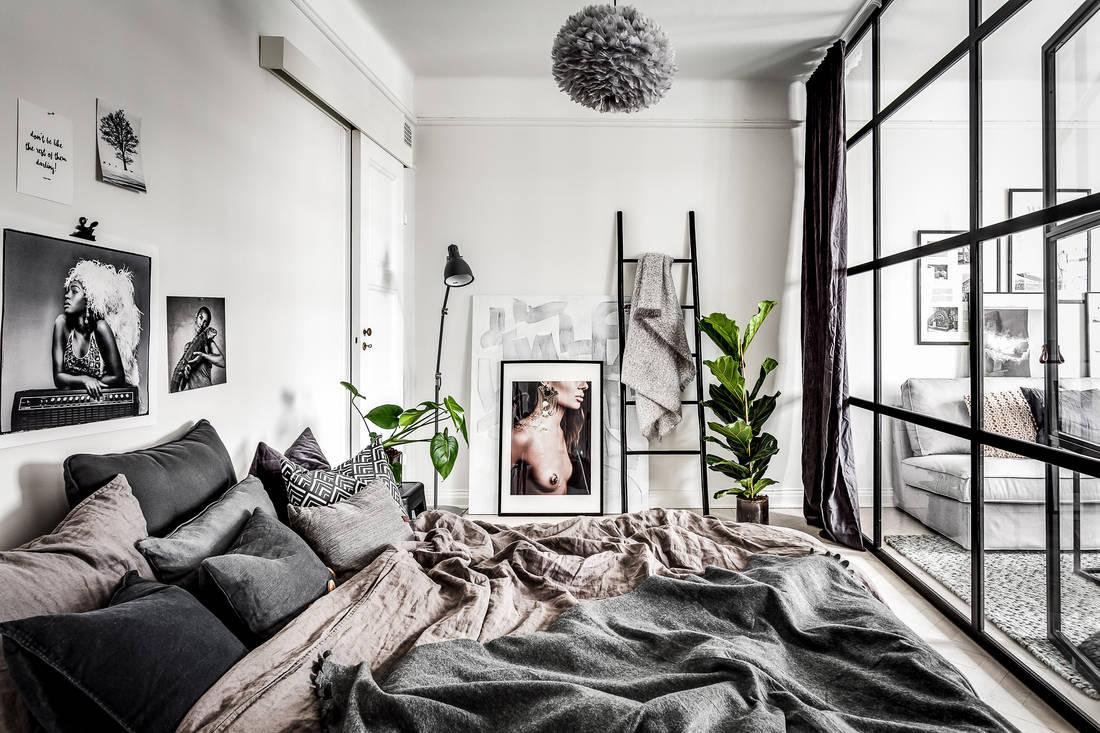 Drabina dekoracyjna czarna w sypialni