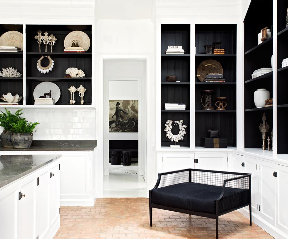 Biało czarna kuchnia w stylu francuskim