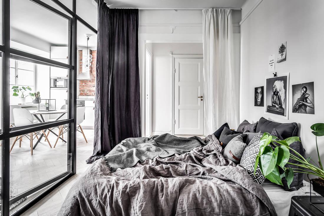 Szklana ściana z czarnymi szprosami i drzwiami
