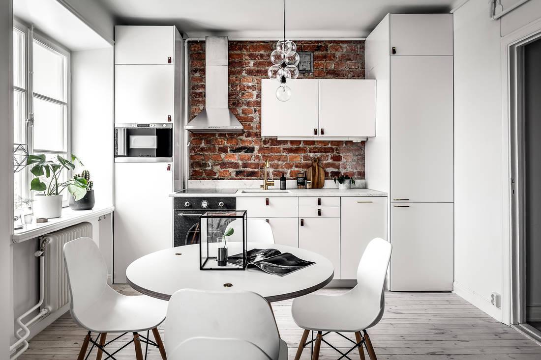 Kuchnia z cegłą czerwoną na ścianie