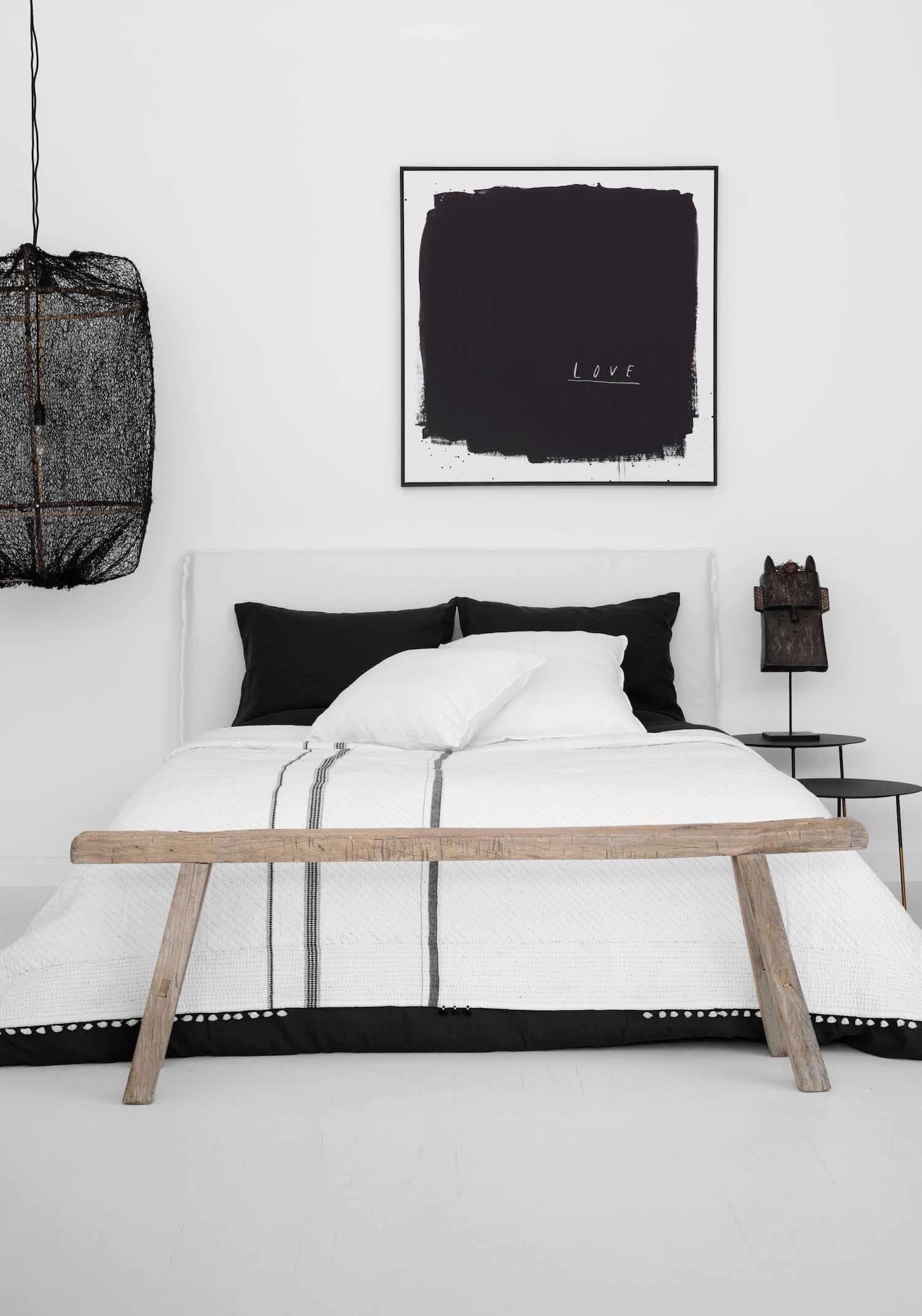 Czarna lampa z siatki w sypialni