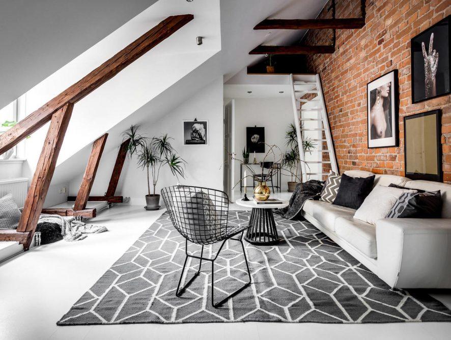 Skandynawskie mieszkanie na poddaszu z ceglaną ścianą, antresolą i belkami stropowymi