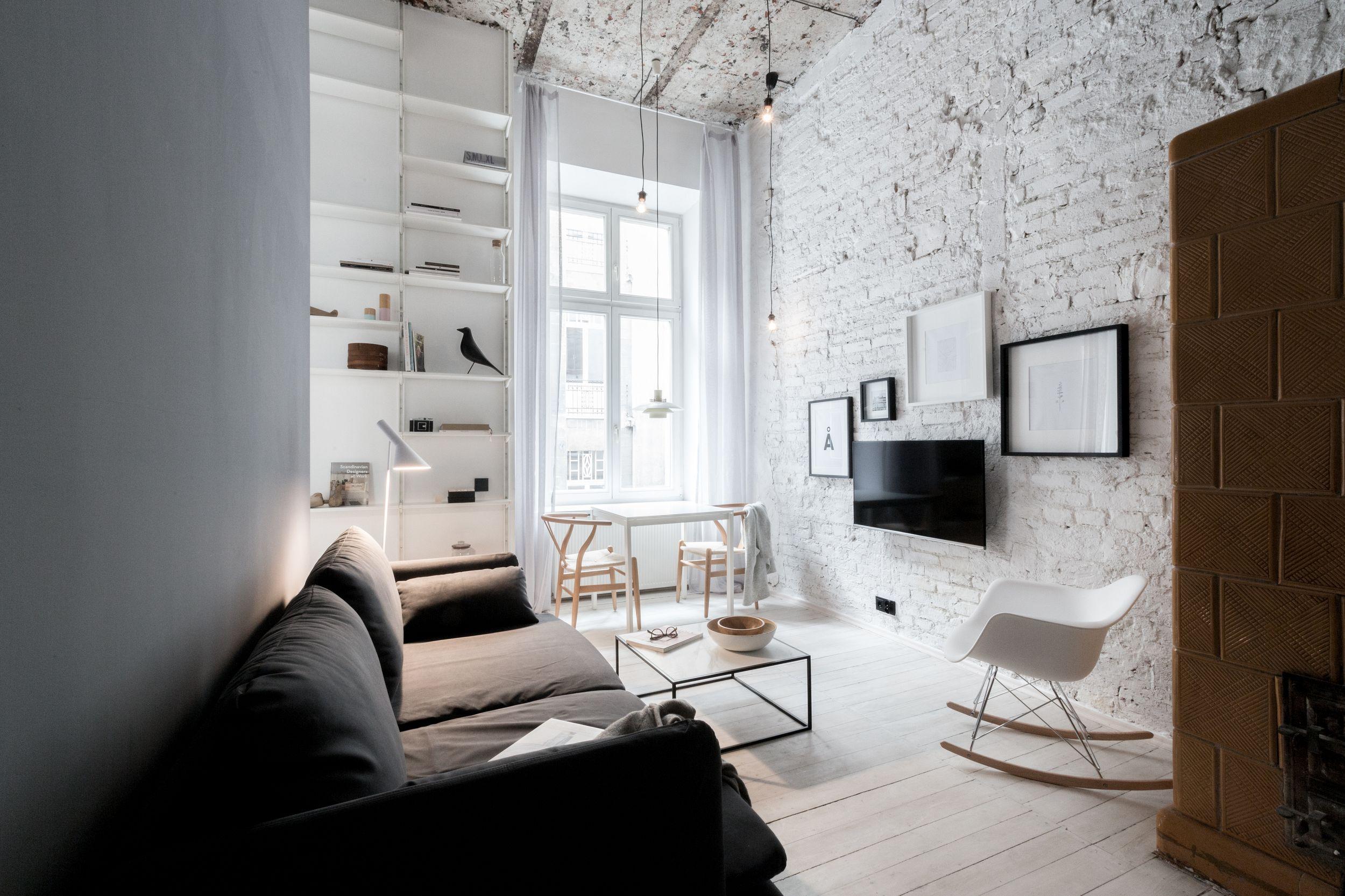 Salon industrialno skandynawski z białą cegłą