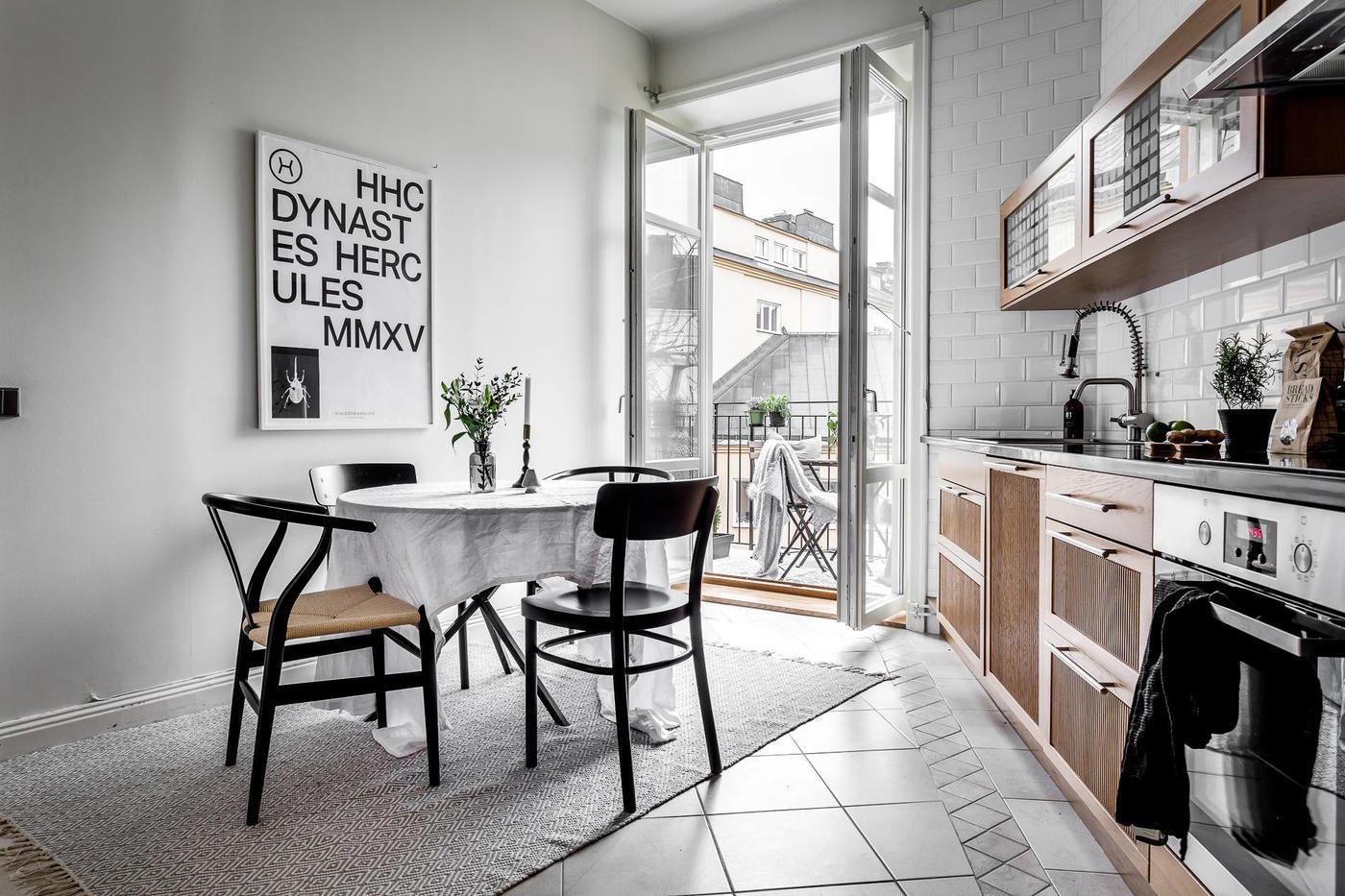Skandynawka kuchnia z balkonem
