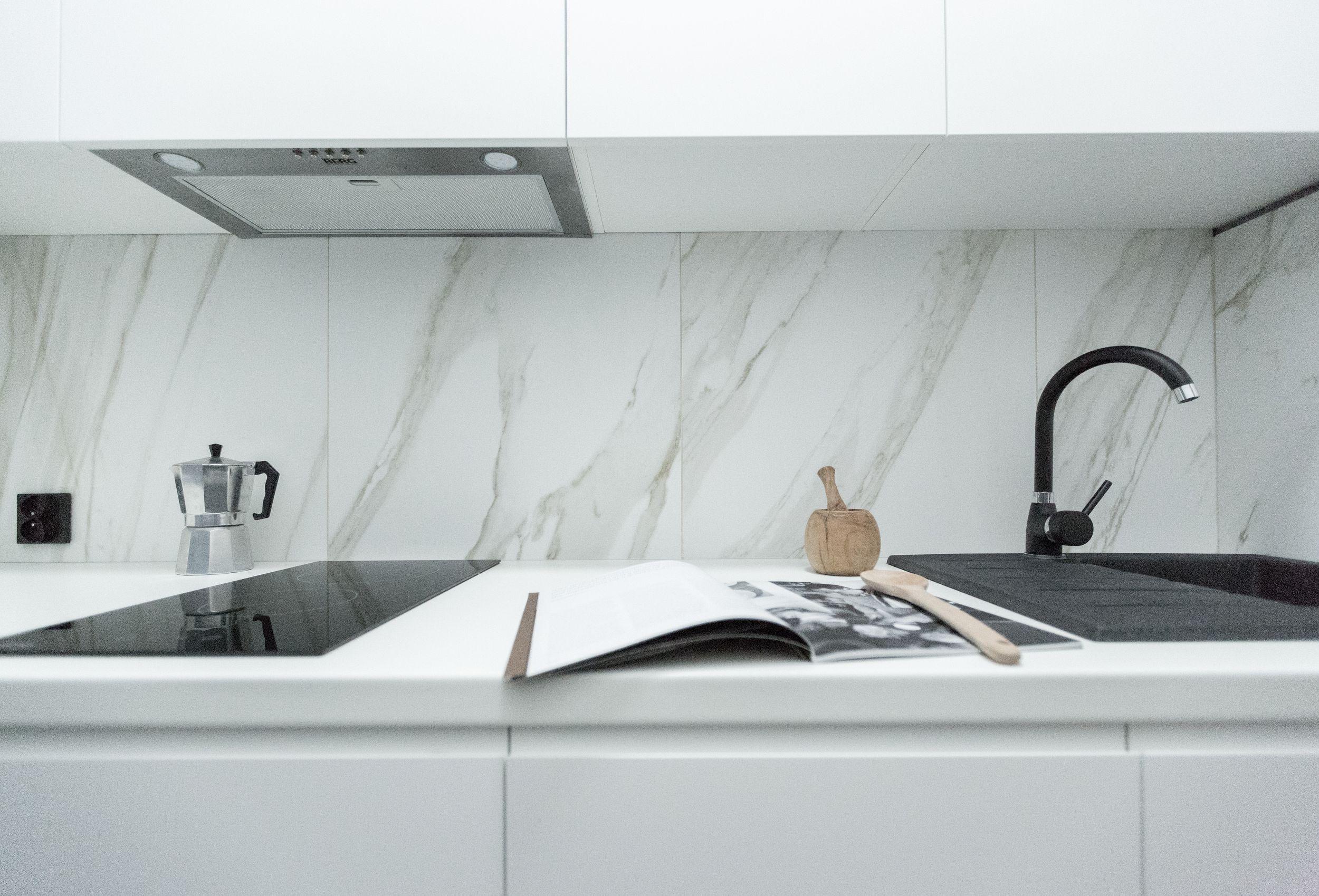Czarne sprzęty kuchenne w białej kuchni