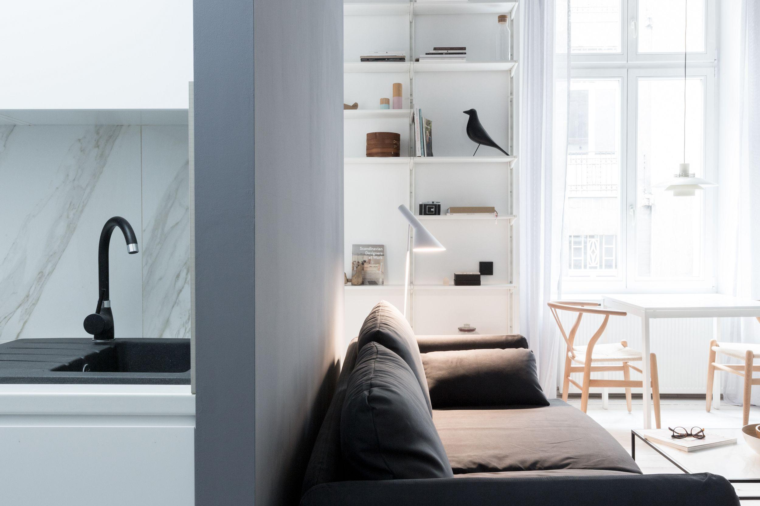Salon oddzielony ścianką od kuchni