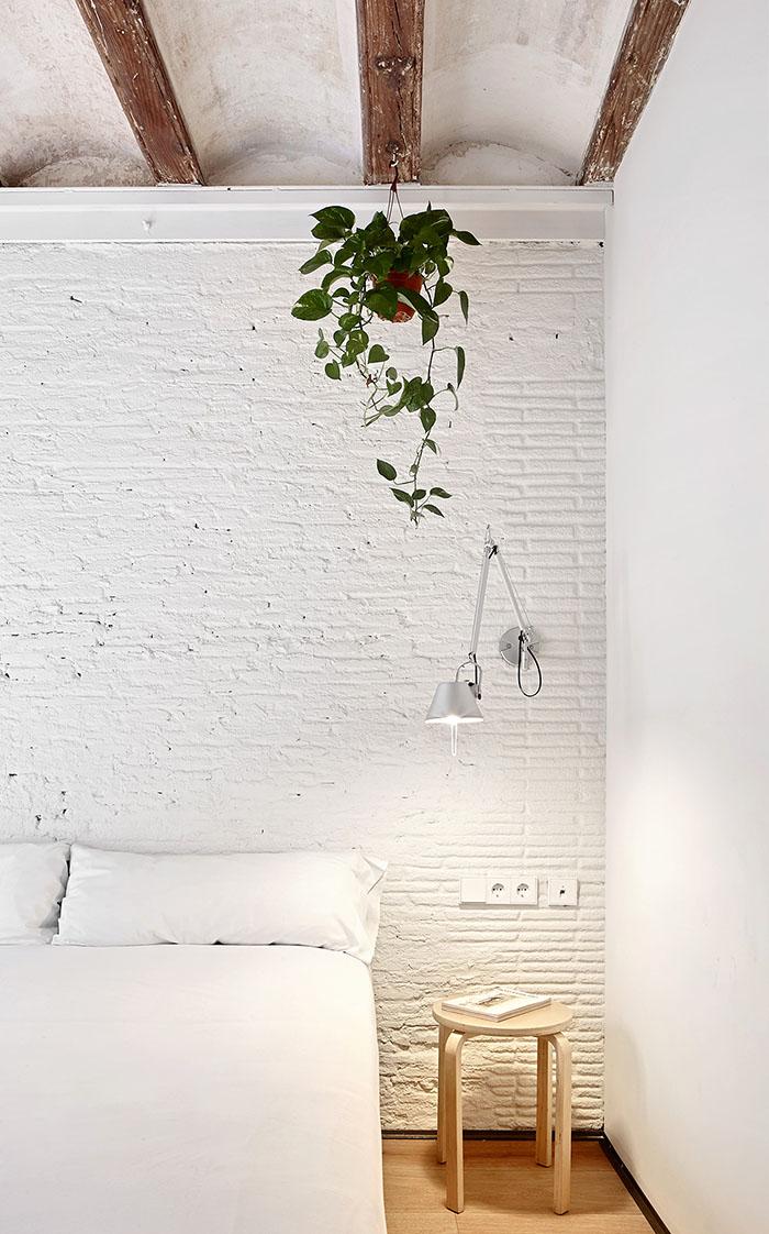 Biała cegła na ścianie w sypialni
