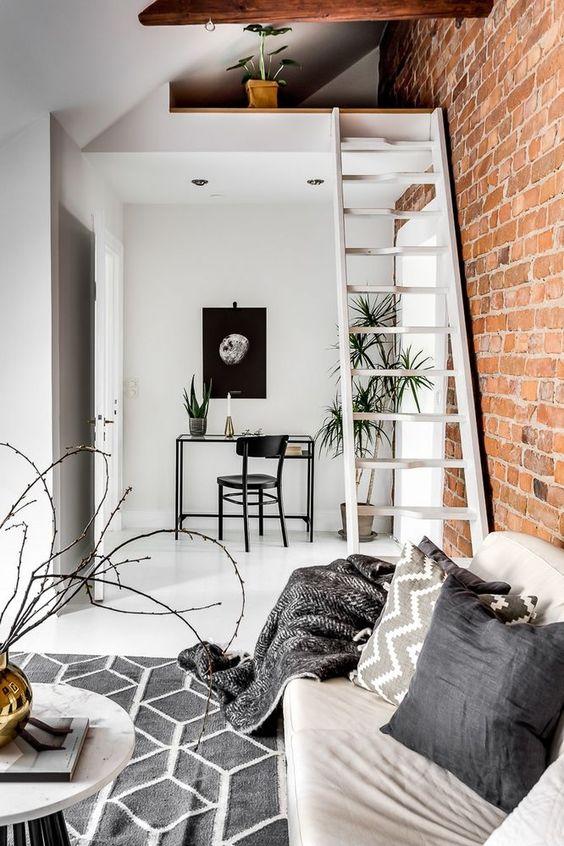 Mieszkanie w kamienicy z cegłą i belkami stropowymi