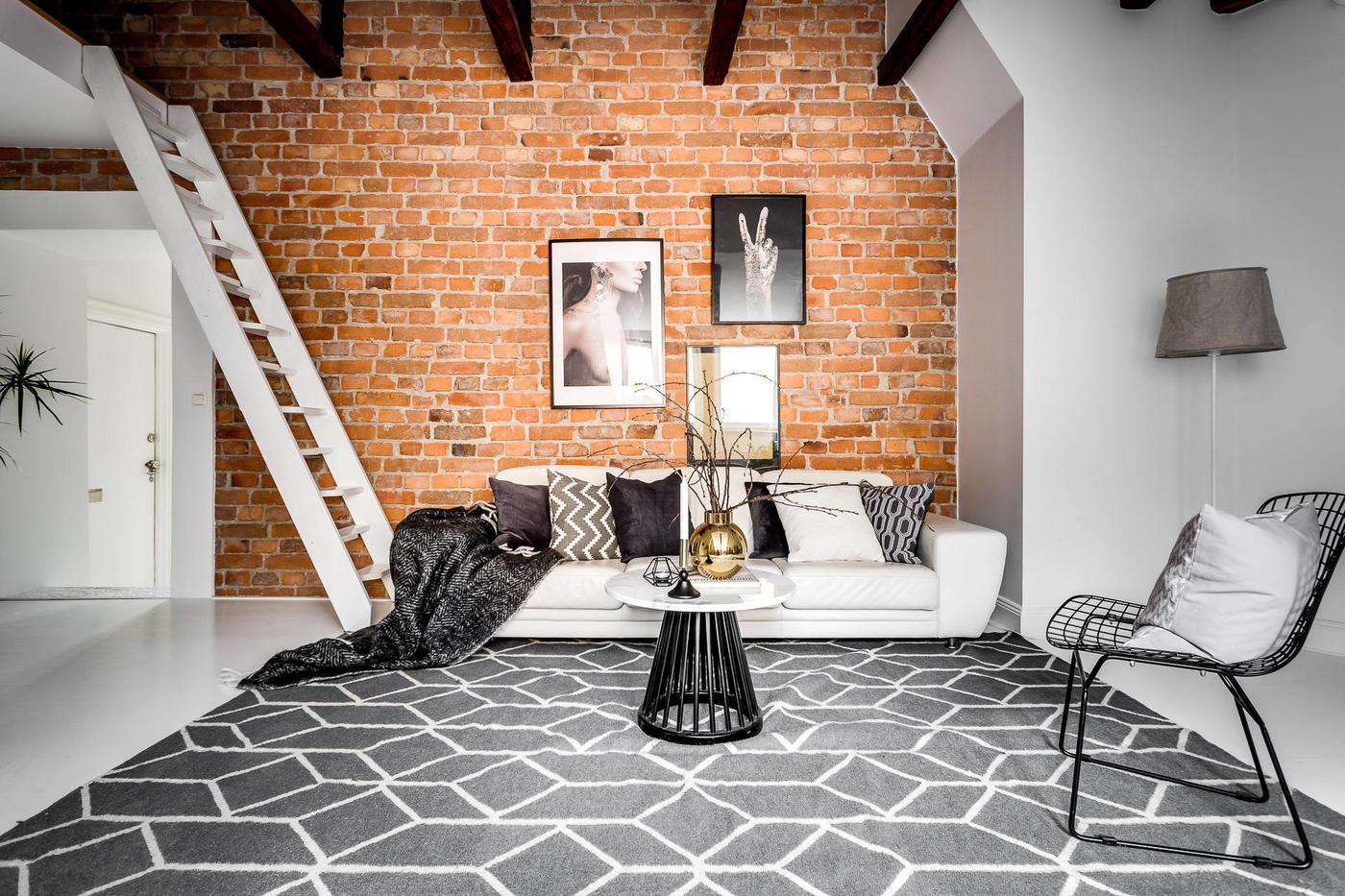Ściana z cegły w salonie z antresolą
