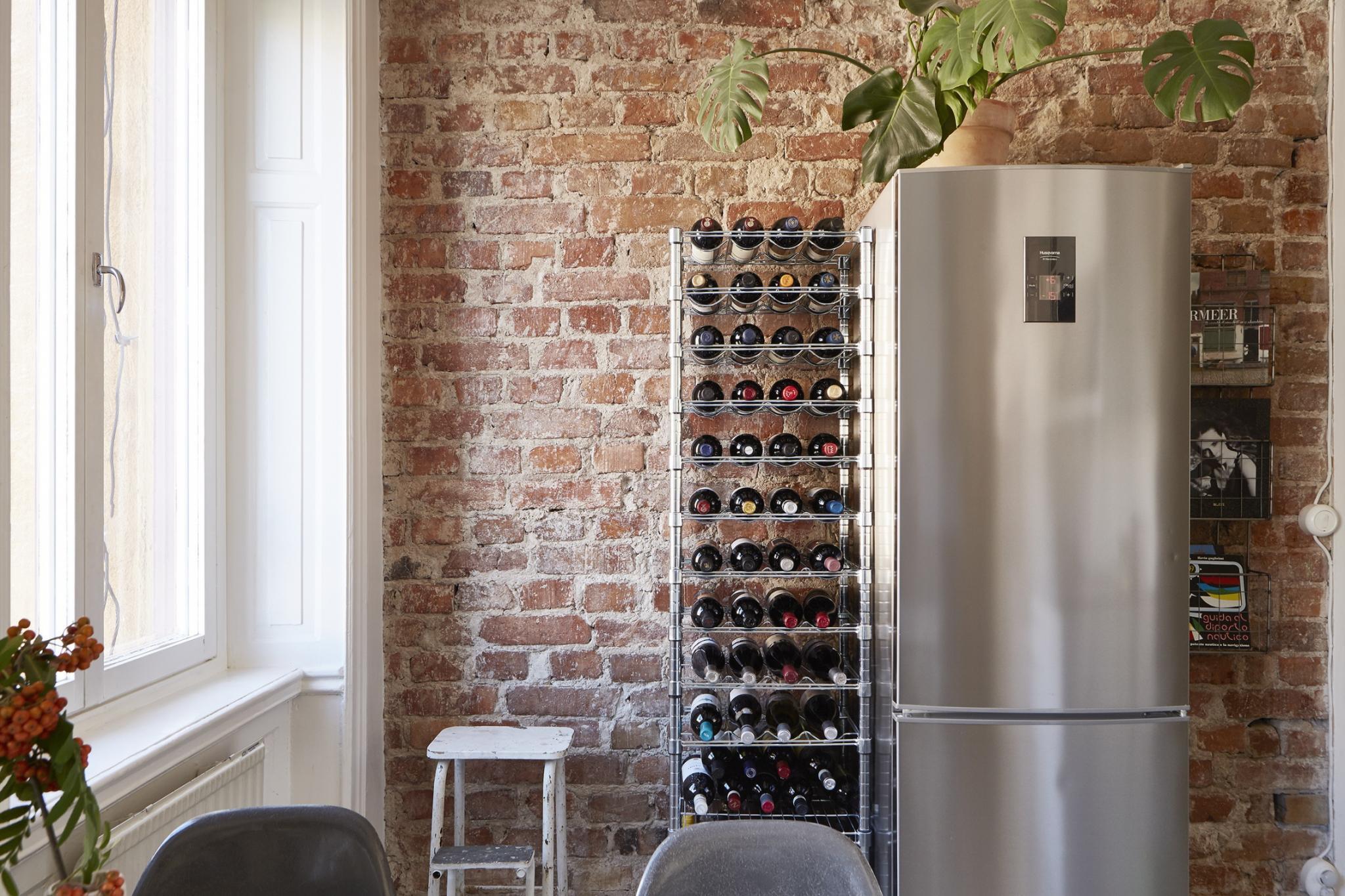 Ceglana ściana w nowoczesnej kuchni