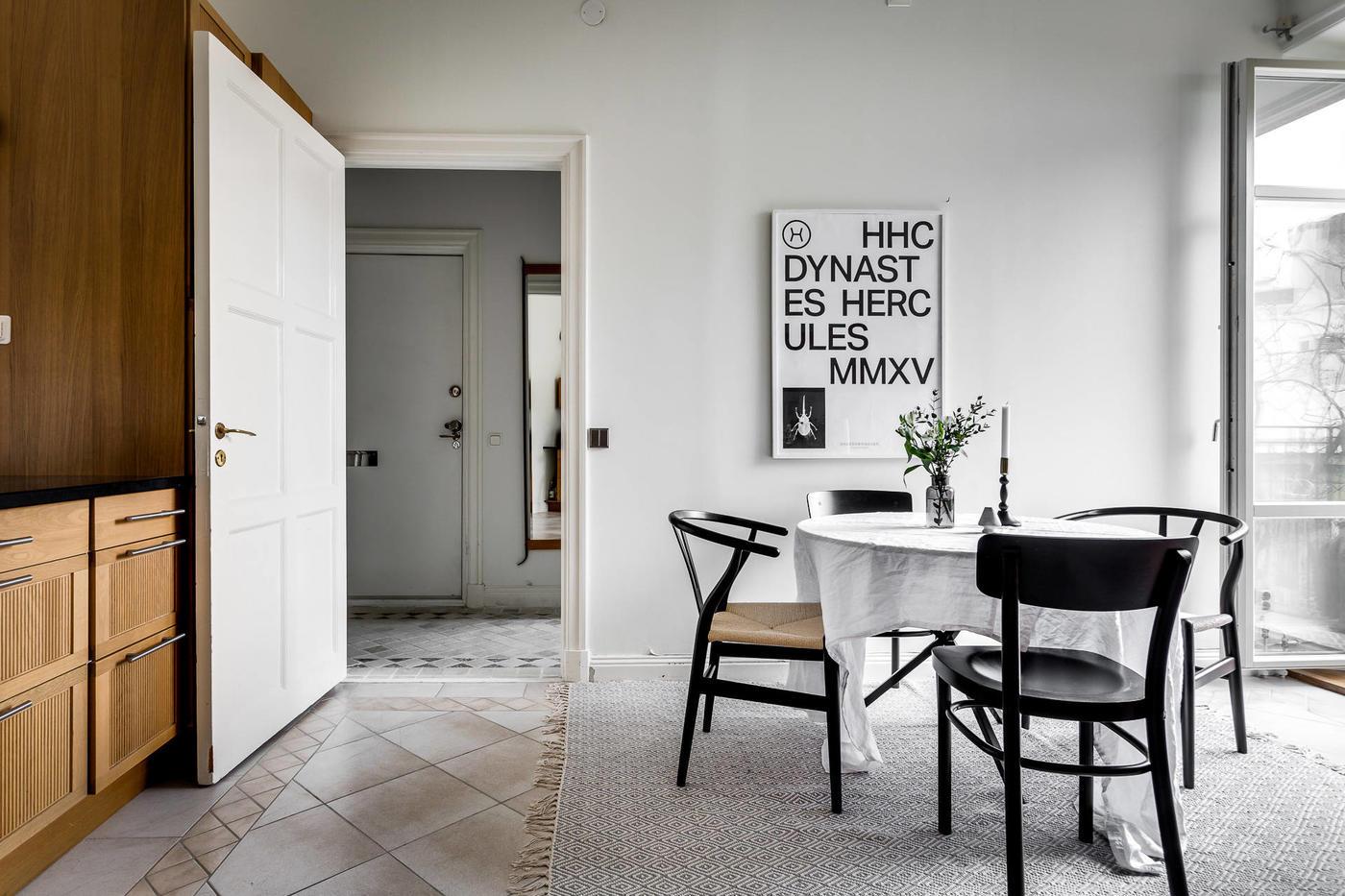Biała jadalnia z krzesłami Hansa Wegnera