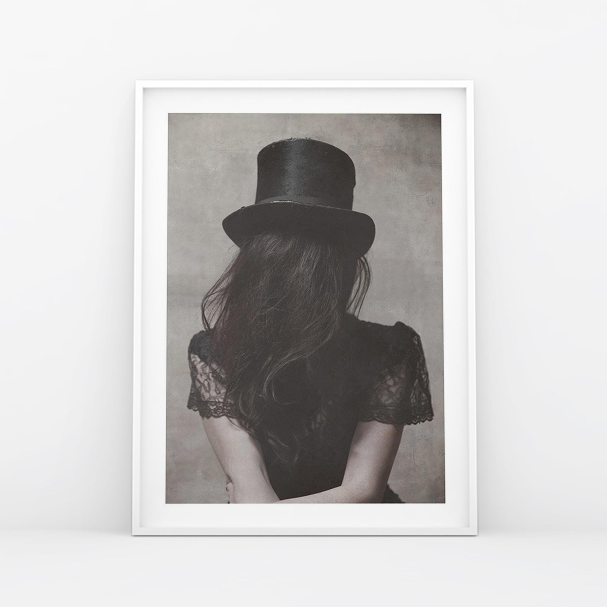 Zdjęcie kobiety odwróconej tyłem plakat