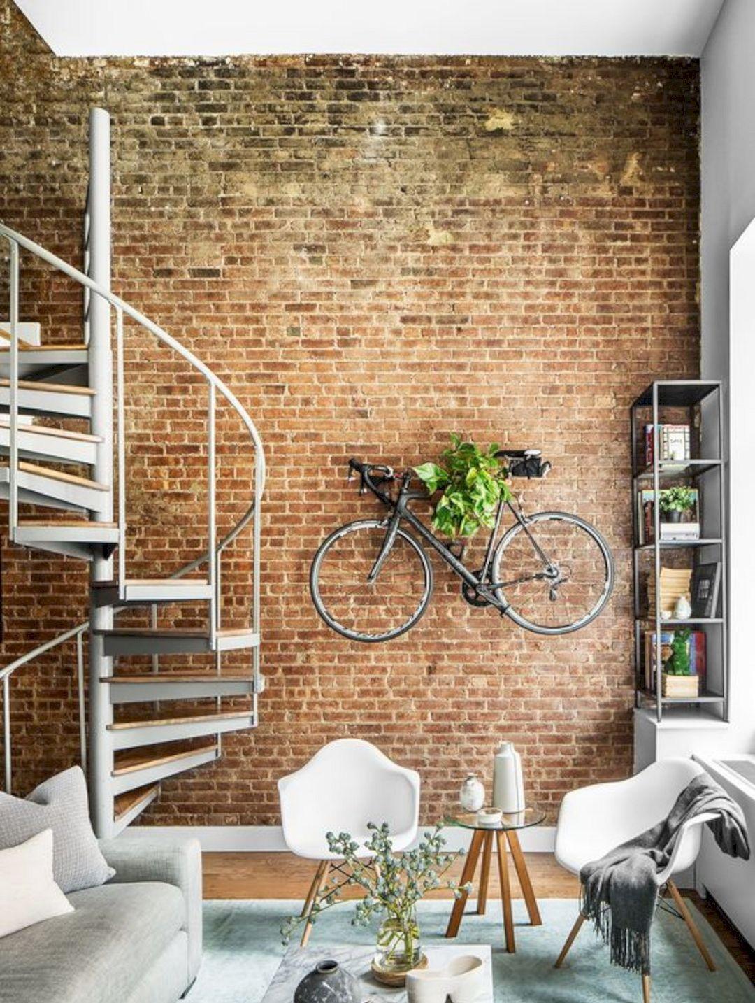 Salon z cegłą i rowerem na ścianie
