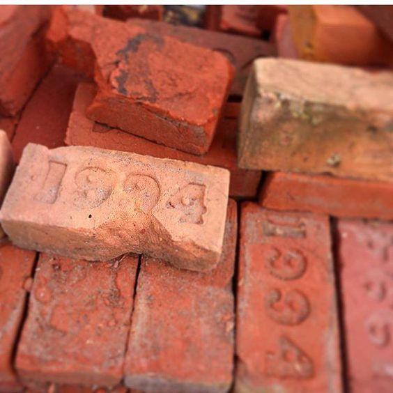 Stara czerwona cegła z rozbiórki