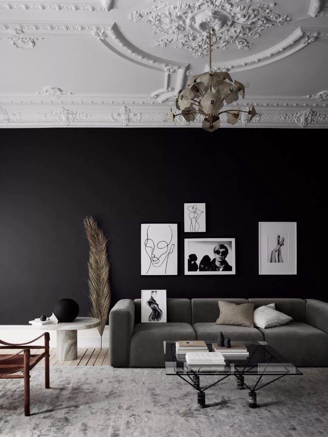 Salon z czarną ścianą