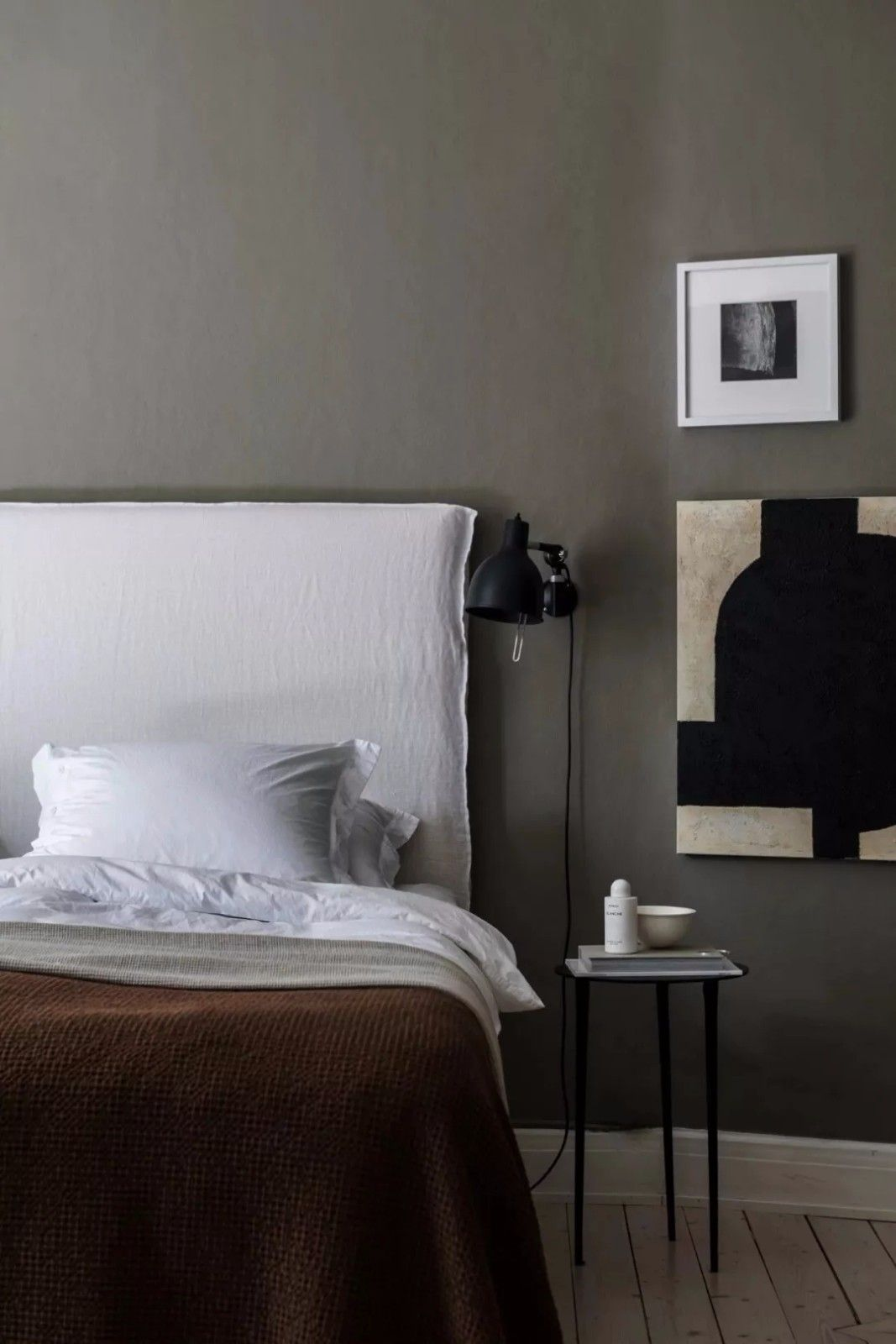 Szara ściana w sypialni