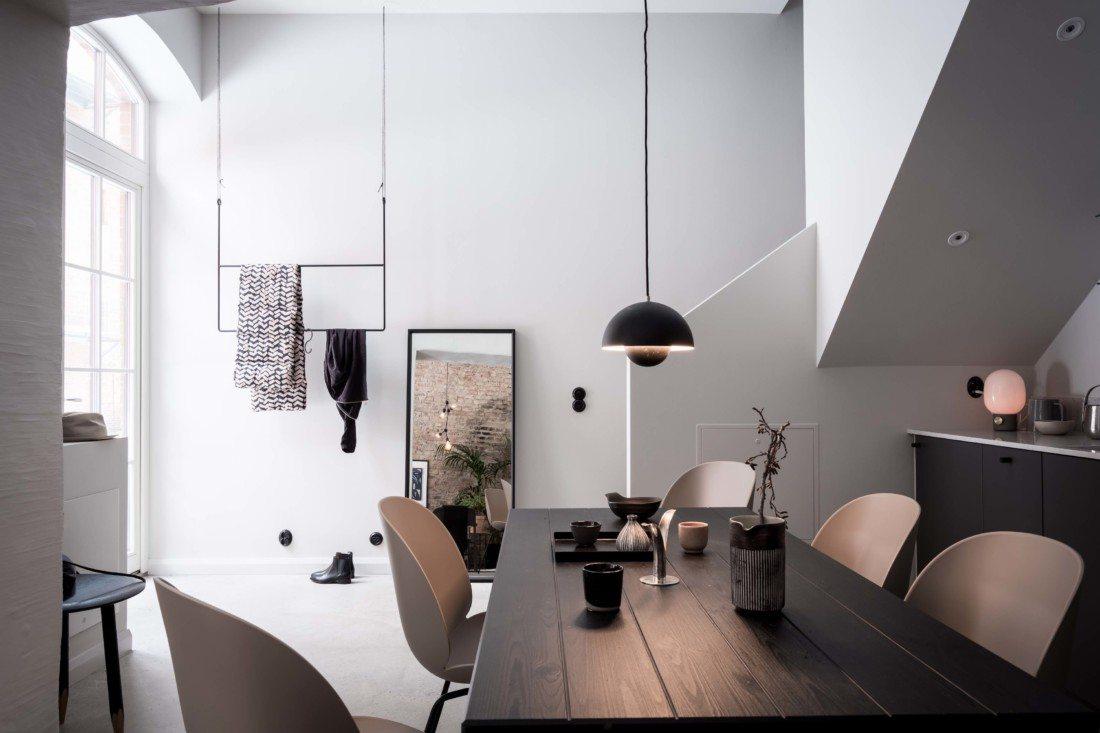 Duży industrialny drewniany stół czarny