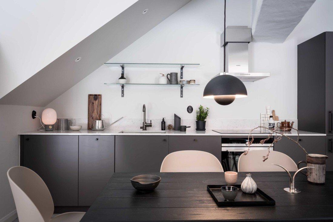 Czarna kuchnia z jadalnią