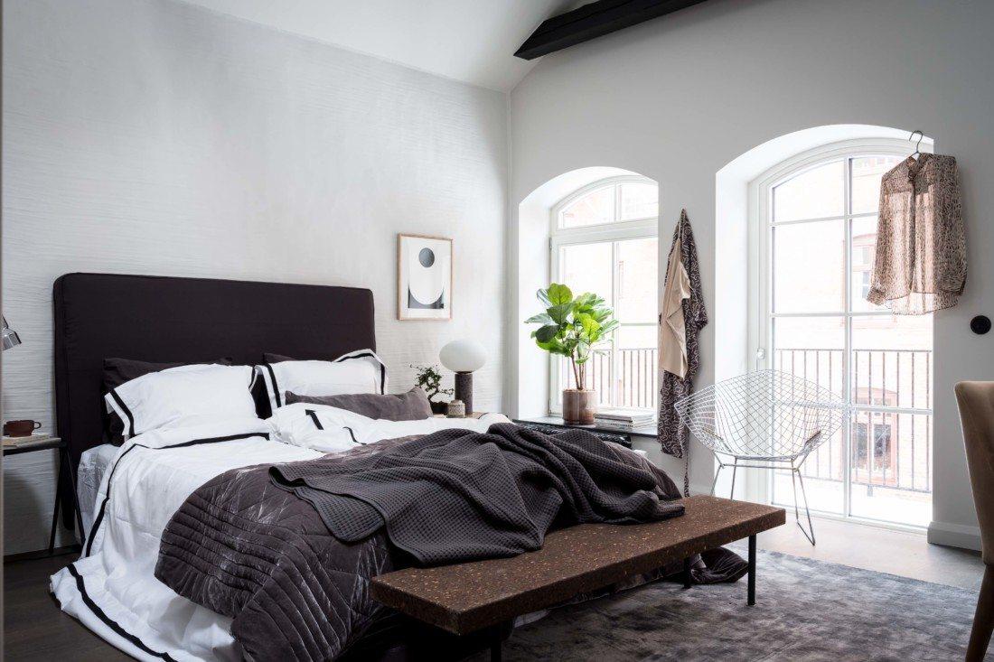Duże okna w sypialni
